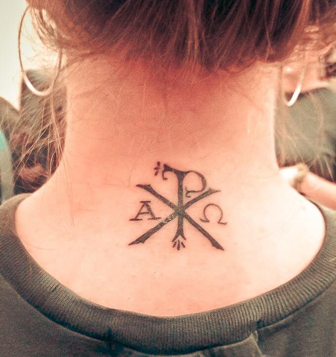 Тату алфа и омега на шее девушки крест-накрест
