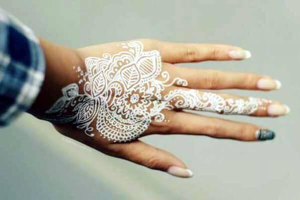 Рисунок белой хной на кисти рук