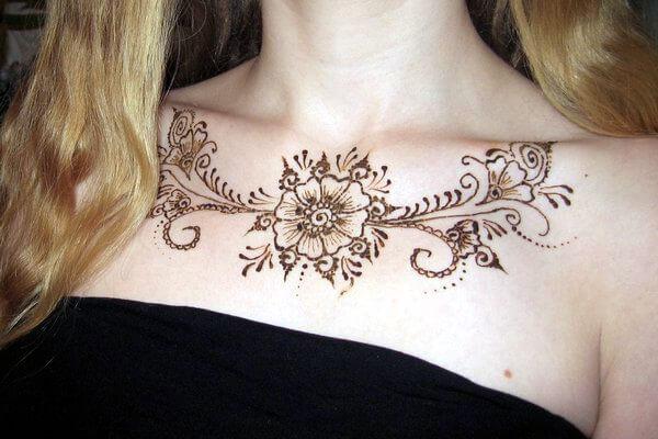 Рисунок мехенди на груди девушки