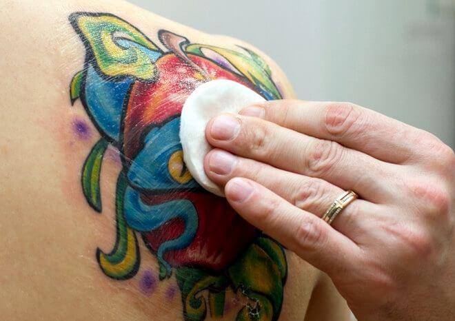 Обрабатывать место татуировки антисептиком