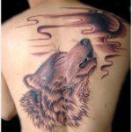Воющий волк на луну на спине девушки