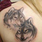 Пара волков у девушки на лопатке