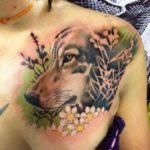 Волк в стиле реализм на груди девушки