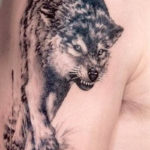 Бегущий волк на плече