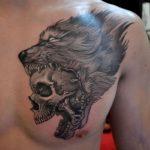 волк с черепом на груди парня