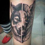 Волк и череп на руке
