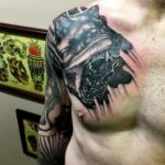 Татуировка волка и черепа на плече с переходом на грудь