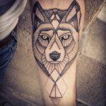 Волк в стиле графика на предплечье