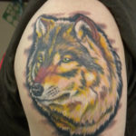 Волк в стиле реализм на плече