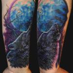 татуировка на плече воющий волк на луну