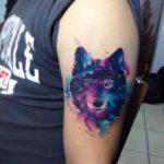 Волк в стиле акварель на плече парня