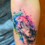 Воющий волк на луну в стиле акварель