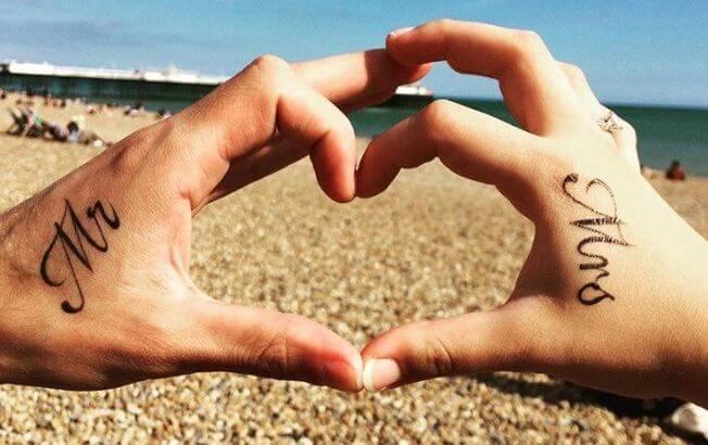 Парная татуировка для молодой пары на кисти